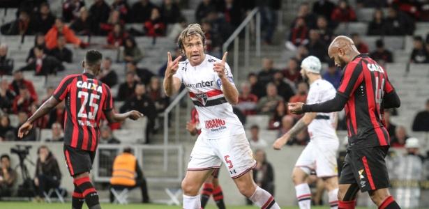 Lugano durante o duelo do Atlético-PR contra o São Paulo