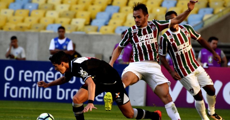 Lucas acerta adversário ao tentar marcar vascaíno no jogo entre Fluminense e Vasco