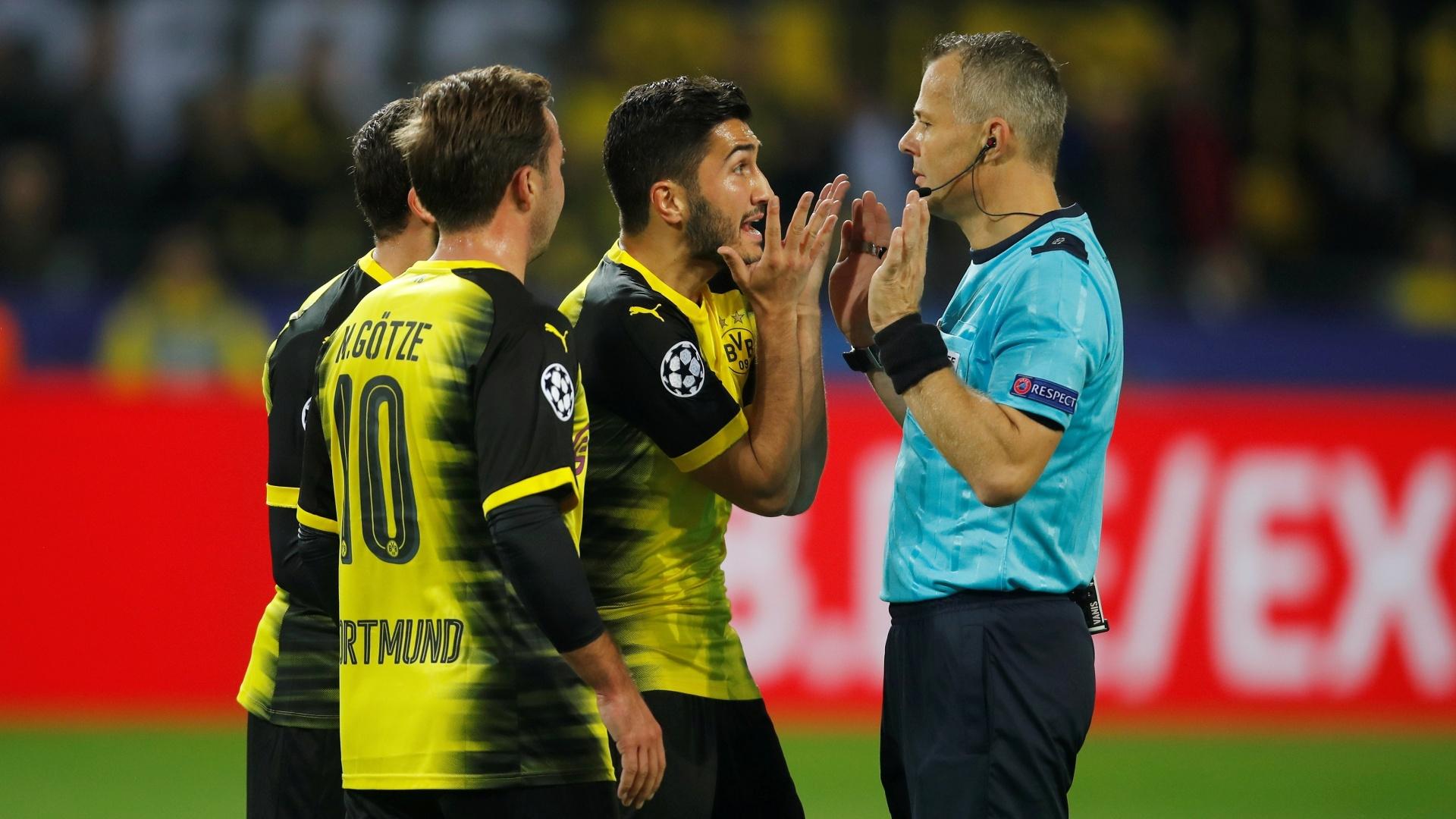 Jogadores do Borussia Dortmund pedem pênalti em toque de mão de Sergio Ramos