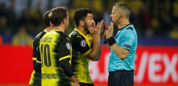 Jogadores do Borussia Dortmund pedem pênalti após toque de mão de Ramos