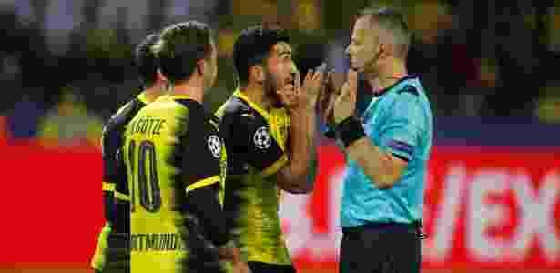 Jogadores do Borussia Dortmund pedem pênalti após toque de mão de Ramos - Bjorn Kuipers/Reuters