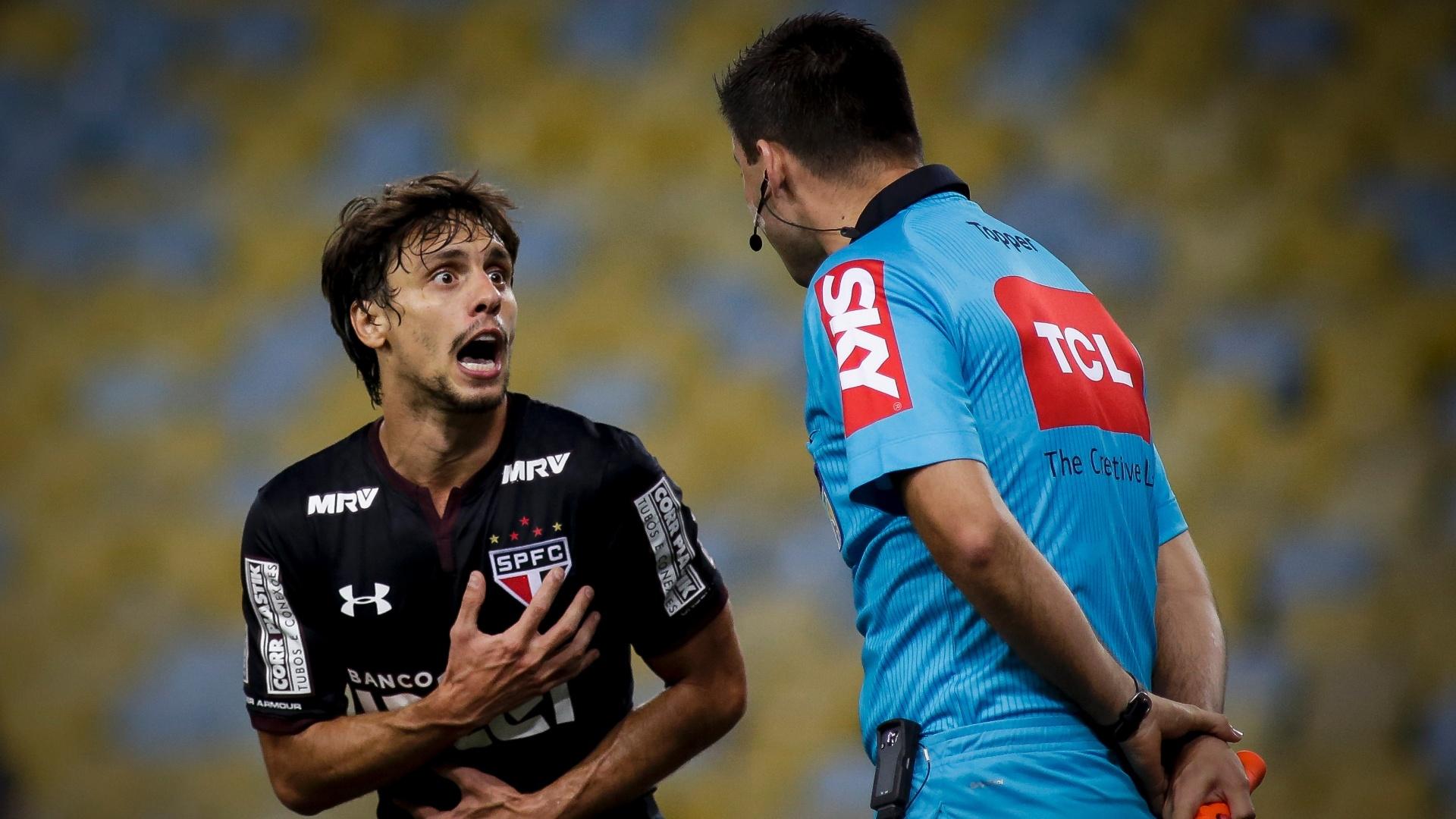 Rodrigo Caio discute com o auxiliar de arbitragem no jogo entre Fluminense e São Paulo