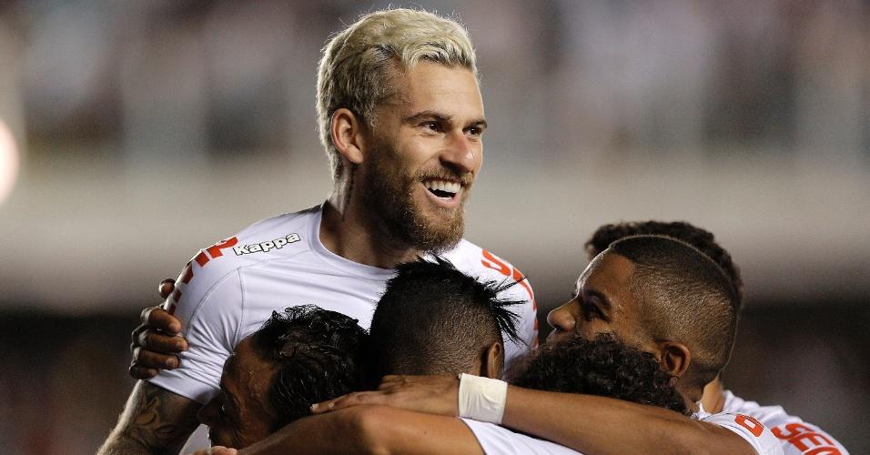 Lucas Lima comemora gol com Ricardo Oliveira do Santos em jogo contra o Vasco