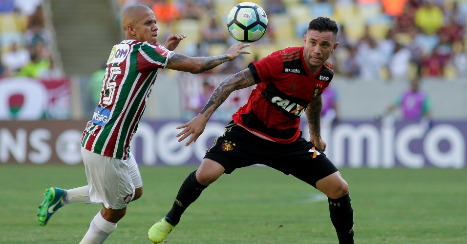 Marcos Júnior e Mena disputam lance em Fluminense x Sport