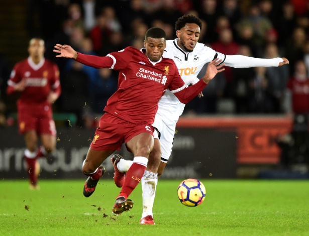 Wijnaldum é marcado por Leroy Fer na partida entre Swansea e Liverpool - REUTERS/Rebecca Naden