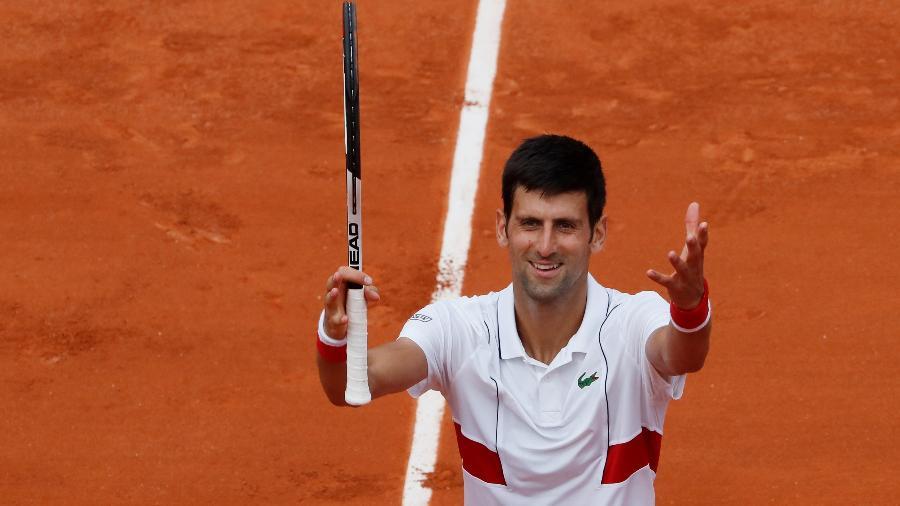 Novak Djokovic comemora ponto durante jogo contra Rogerinho em Roland Garros - Gonzalo Fuentes/Reuters