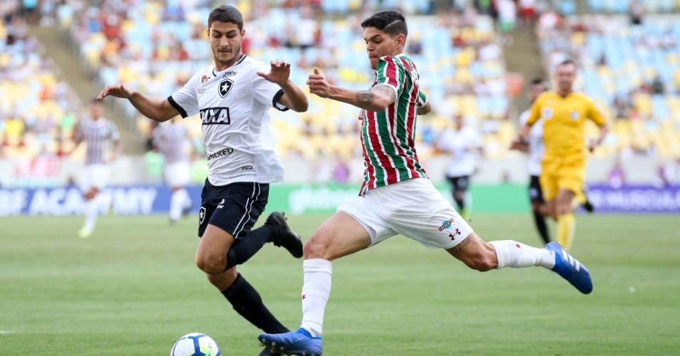 Jogadores de Fluminense e Botafogo disputam a bola no Maracanã