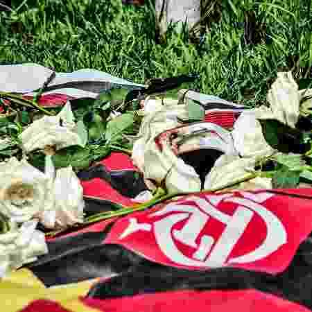 Torcedores prestam homenagem às vítimas do incêndio no aniversário da tragédia - Folhapress