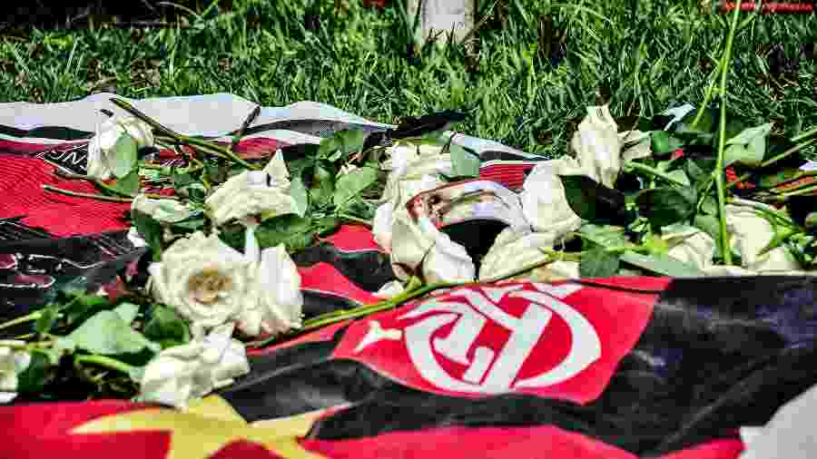 Torcedores prestam homenagem às vítimas do incêndio que atingiu o alojamento no CT do Flamengo - Folhapress