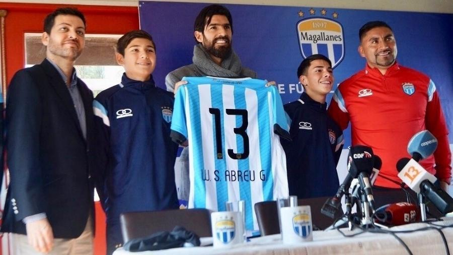Loco Abreu tem sofrido com o retorno das atividades no futebol do Uruguai - Divulgação
