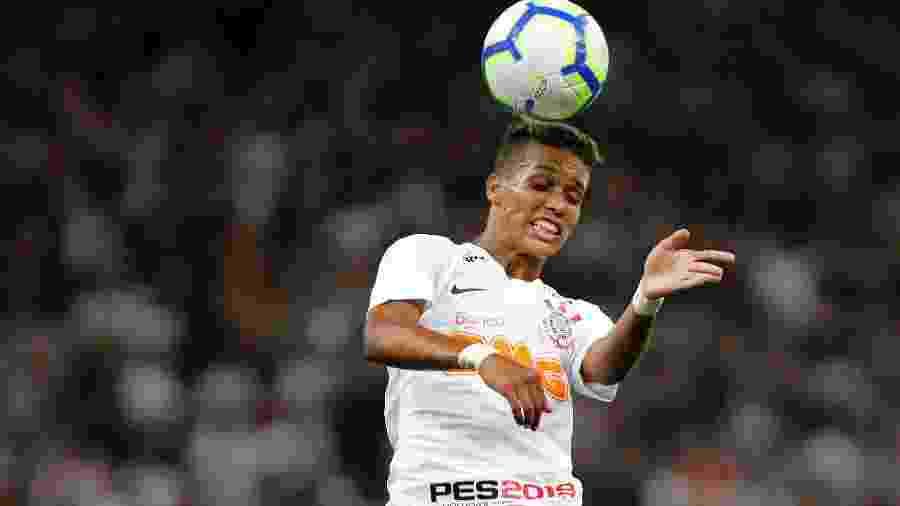 Pedrinho sobe para cabecear a bola durante partida do Corinthians contra o Avenida-RS na Copa do Brasil - Daniel Vorley/AGIF