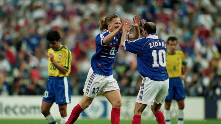 Petit comemora com Zidane após marcar contra o Brasil na final da Copa do Mundo de 1998 - Matthew Ashton/Empics/Getty Images