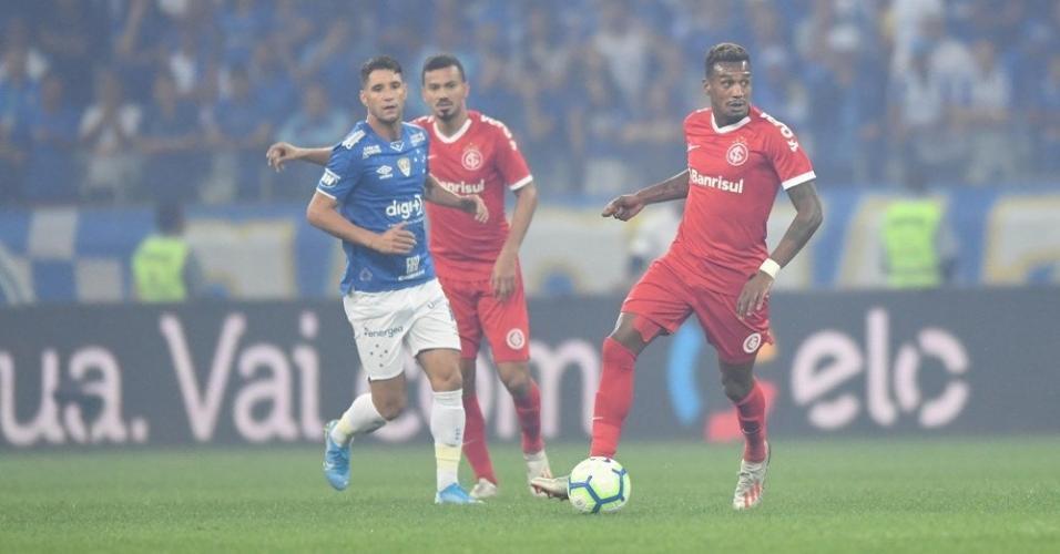 Edenílson, durante partida entre Internacional e Cruzeiro
