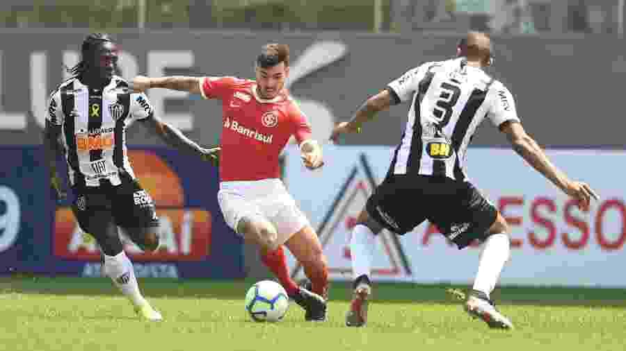 Zeca em ação pelo Inter contra o Atlético-MG; lateral foi um dos destaques do jogo - Ricardo Duarte/Inter
