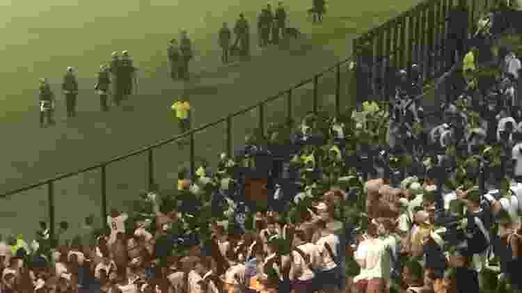 Briga na proteção atrás do gol de São Januário foi rapidamente contida pela segurança do estádio - Bruno Braz / UOL Esporte