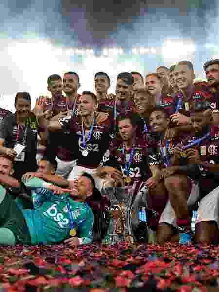 Jogadores do Flamengo posam com a taça de campeão brasileiro - Thiago Ribeiro/AGIF