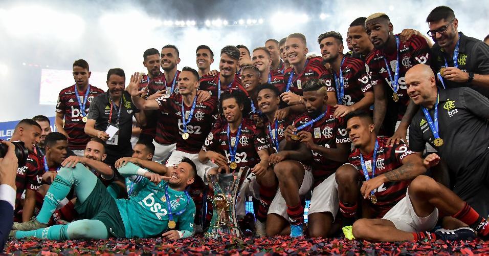 Jogadores do Flamengo posam com a taça de campeão brasileiro