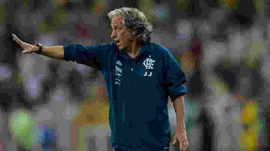 Jorge Jesus orienta o Flamengo em semifinal da Taça Guanabara contra o Fluminense - Thiago Ribeiro/AGIF