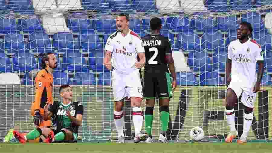 Ibrahimovic comemorando gol do Milan contra o Sassuolo - Alessandro Sabattini/Getty Images
