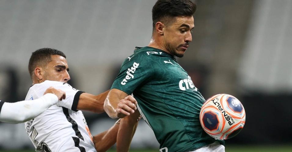 Gabriel e Willian disputam a bola no clássico Corinthians x Palmeiras, na primeira fase do Paulistão 2020