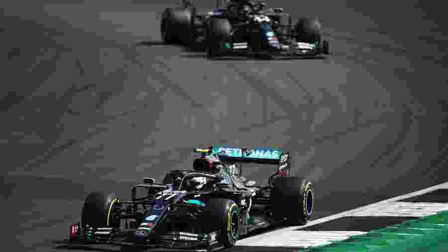 Valtteri Bottas seguido por Lewis Hamilton, ambos da Mercedes, no GP de Silverstone. Ultrapassagem foi na volta 50 - Bryn Lennon/Getty Images