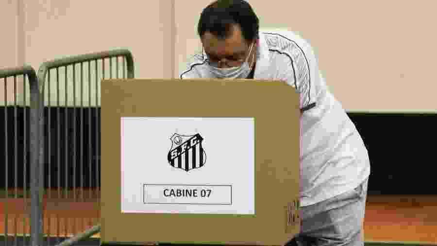Marcelo Teixeira registra seu voto durante o processo de impeachment de José Carlos Peres no Santos - Pedro Ernesto Guerra Azevedo/Santos FC