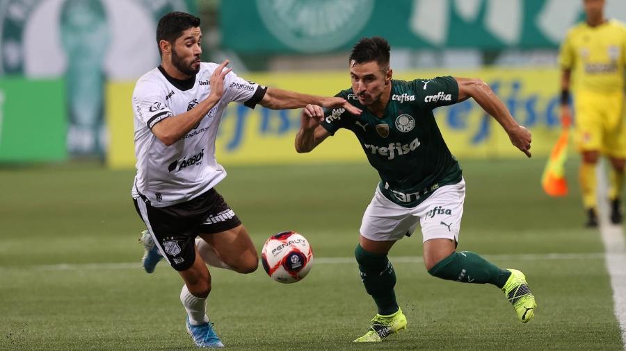 Willian e Rodinelly disputam a bola na partida entre Palmeiras e Inter - Cesar Greco/ Ag.Palmeiras