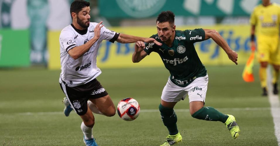 Willian e Rodinelly disputam a bola na partida entre Palmeiras e Inter