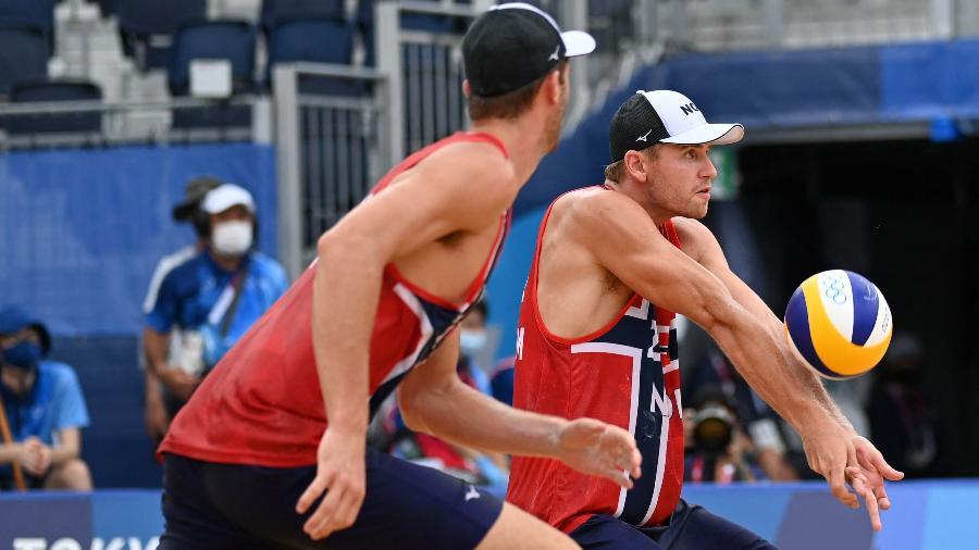 Sandlie Sorum tenta o passe sob os olhares de Mol Anders durante a final do vôlei de praia nas Olimpíadas de Tóquio - Angela Weiss/AFP