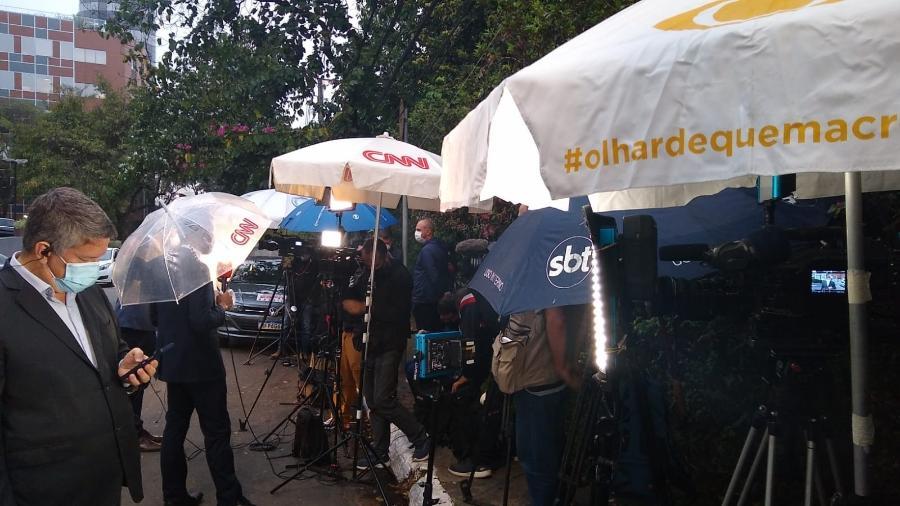 17/09/2021 - Jornalistas de diversos canais de TV fazem plantão em frente ao Hospital Israelita Albert Einstein, em São Paulo, onde Pelé está internado - Arthur Sandes/UOL