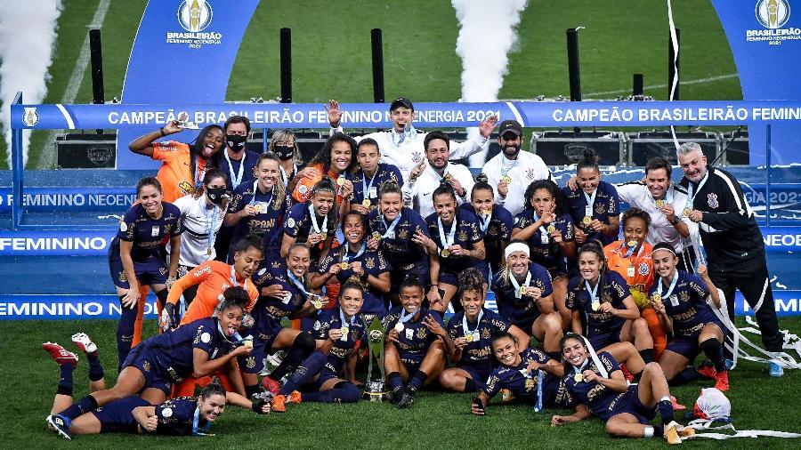 Jogadoras do Corinthians comemoram a conquista do título do Campeonato Brasileiro Feminino após vitória sobre o Palmeiras - ANDRÉ ANSELMO/ESTADÃO CONTEÚDO