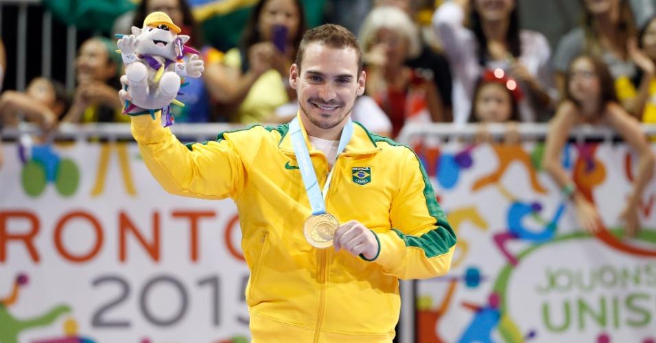 Arthur Zanetti recebe a medalha de ouro conquistada na prova das argolas