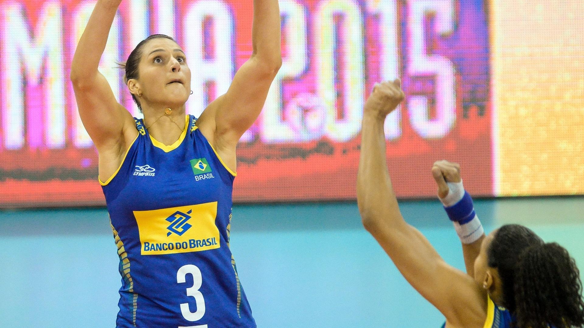 23.jul.2015 - Centrais brasileiras não foram bem no bloqueio ou no ataque em derrota para a Rússia no Grand Prix de vôlei feminino.