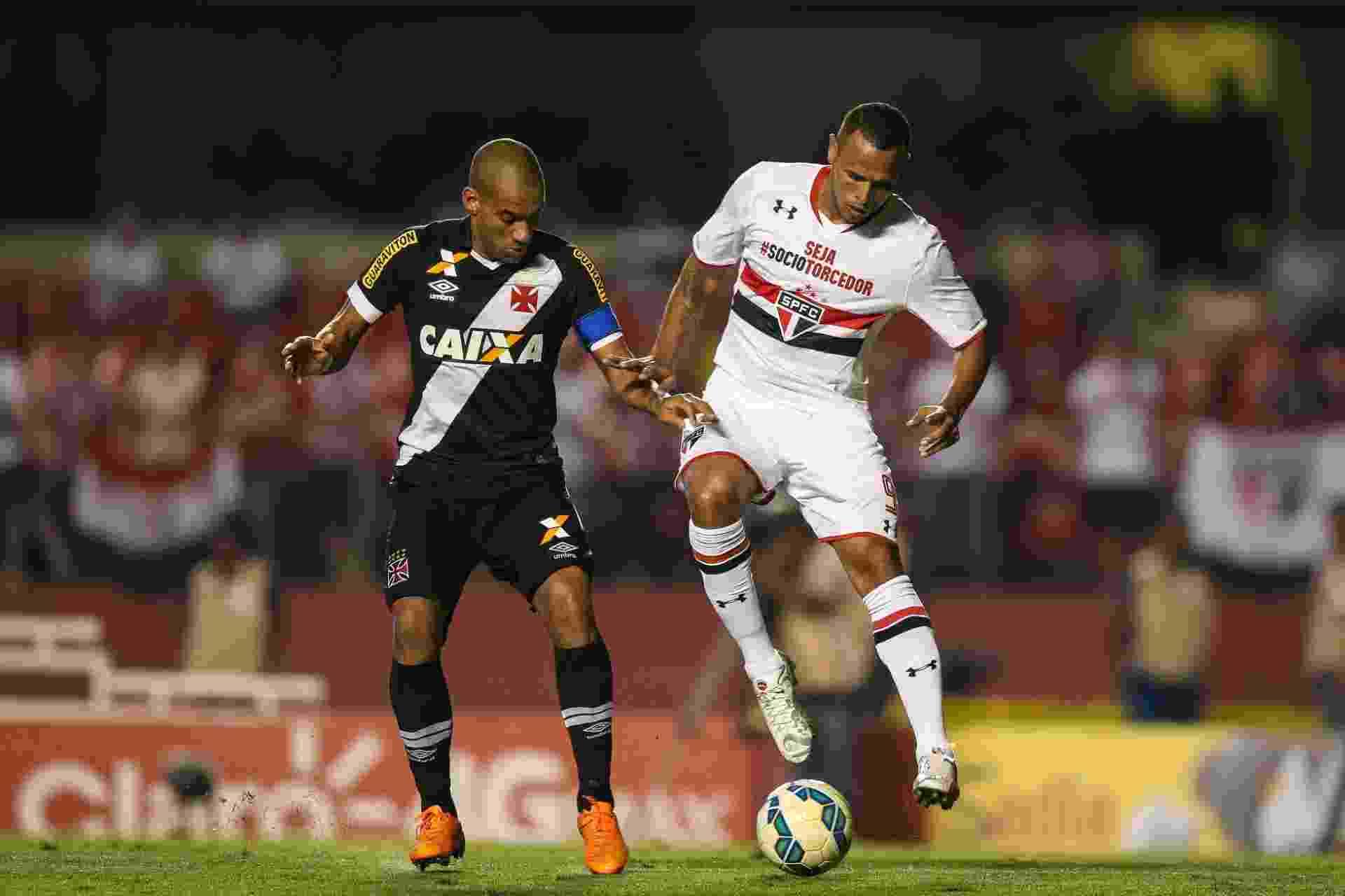 Luis Fabiano e Rodrigo disputam a bola durante o confronto entre São Paulo e Vasco pela Copa do Brasil - Julia Chequer/Folhapress