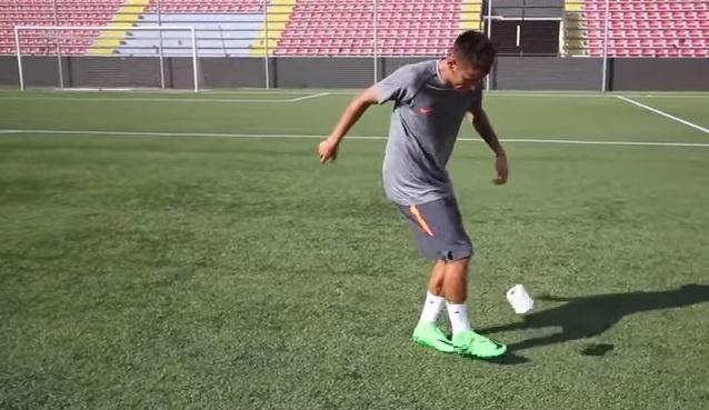 Neymar faz embaixadinha com objetos inusitados