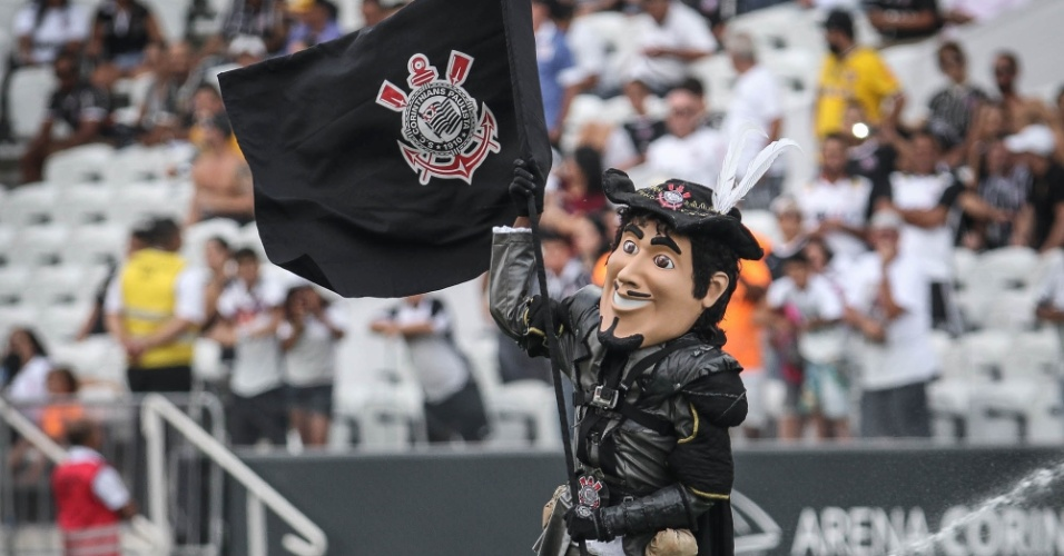 Mascote do Corinthians ostenta a bandeira do clube no gramado da Arena antes do clássico contra o São Paulo pelo Paulistão