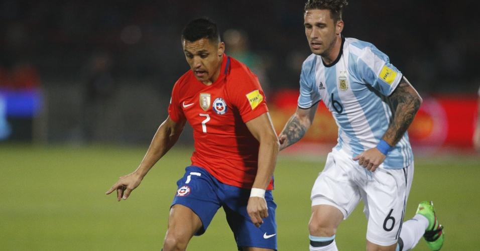 Sánchez conduz a bola durante a partida entre Chile e Argentina