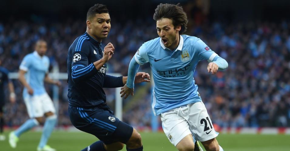 Casemiro tenta marcar David Silva na partida entre Manchester City e Real Madrid pela Liga dos Campeões