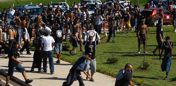 Torcedores do Corinthians protestam em frente ao CT, em 2011