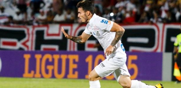 Zeca comemora após marcar pelo Santos contra o Santa Cruz