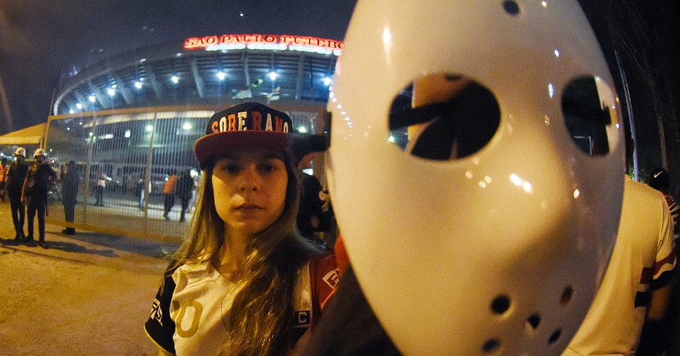 Perto do Morumbi, torcedor usa máscara do Jason para incentivar o São Paulo na Libertadores