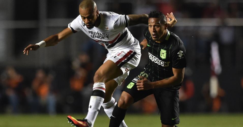 Wesley disputa bola durante o primeiro tempo da partida entre São Paulo e Atlético Nacional pelas semis da Libertadores