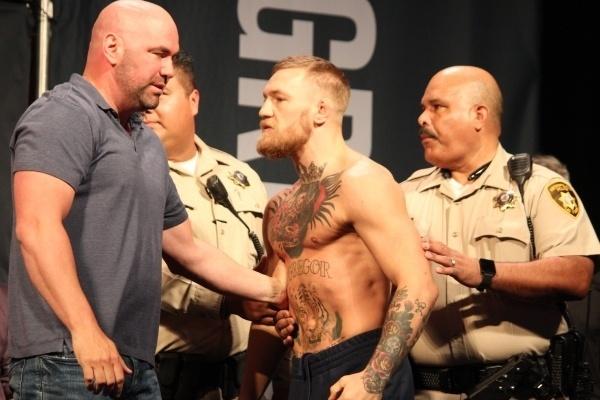 Conor McGregor é contido após quase brigar com Nate Diaz na pesagem do UFC 202