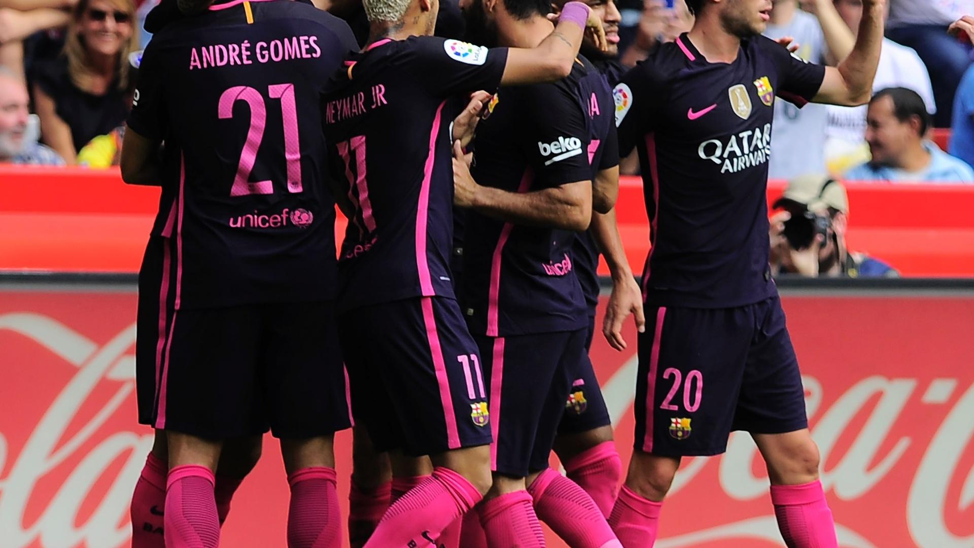 Jogadores do Barcelona celebram gol contra o Sporting Gijón
