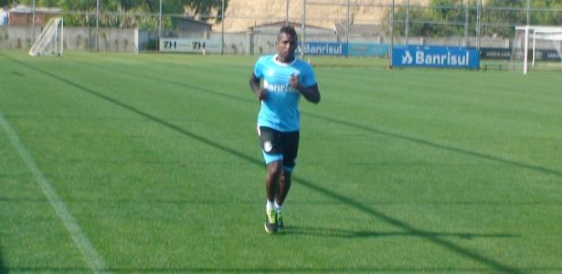 Atacante Miller Bolaños segue fora de atividades no Grêmio e apenas corre