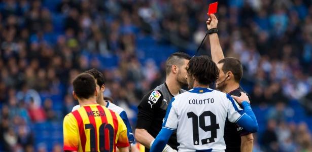 Clos Gomez expulsa jogador do Espanyol; Barça nunca perdeu em jogos com o árbitro