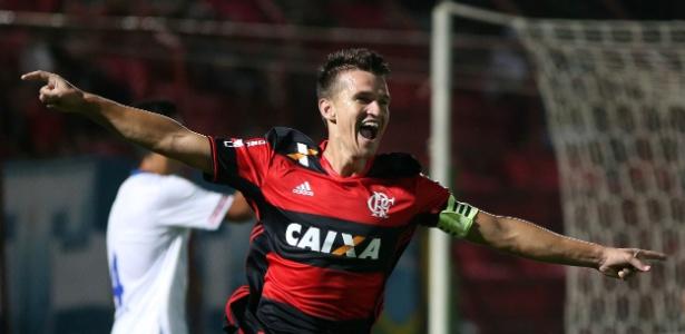 Dener comemora seu gol, o segundo do Flamengo na Copinha