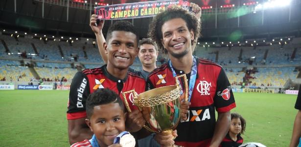 Márcio Araújo comemora o título carioca com Willian Arão: volante vive boa fase