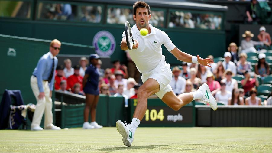 Novak Djokovic em ação contra Martin Klizan em partida disputada em Wimbledon - Matthew Childs/Reuters