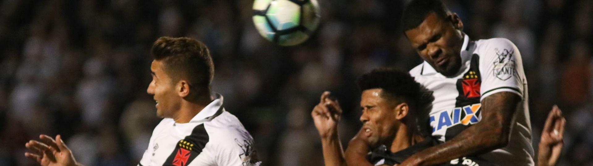 Breno e Naldo disputam lance durante o jogo entre Ponte Preta e Vasco